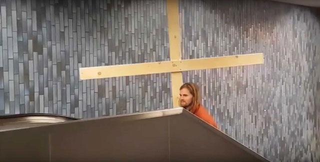 христос пробил крестом потолок в метро