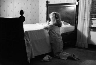 маленькая девочка молится